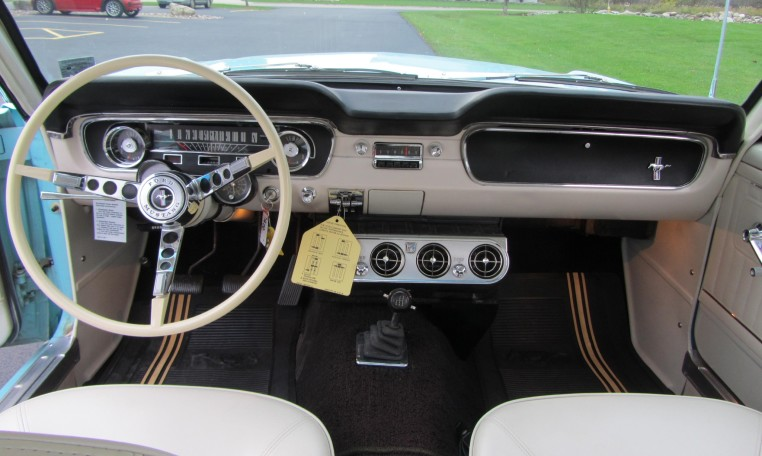 1965 Ford Mustang 2+2 Fastback steering wheel